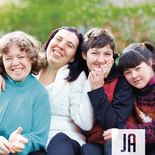 Vier glückliche Menschen mit Behinderung